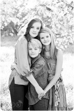 What an amazing sibling pose! whenever we do our family portrait we need to considered this pose! Find this Pin and more on single mom photo ideas . Family Posing, Family Portraits, Family Photos, Child Portraits, Photo Poses Family, Posing Families, Sibling Photo Shoots, Family Photo Sessions, Portrait Ideas