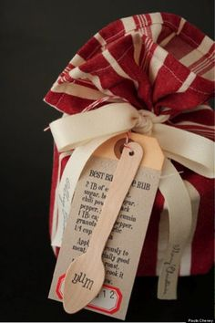 15 Awesome Alternatives To Gift Wrapping Paper That You Already . 15 Awesome Alternatives To Gift Wrapping Paper That You Already diy gift bag fabric - Diy Bag and Purse Diy Bags Purses, Diy Purse, Neighbor Gifts, Gift Wrapping Paper, Wrapping Ideas, Jar Gifts, Food Gifts, Creative Gifts, Homemade Gifts