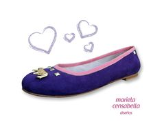 TINA  Ballerina en cuero de cabritilla gamuzada violeta con ribete en cabritilla gamuzada coral + herraje tigre oro y tachas níquel.  Forrería en cuero de cabra.