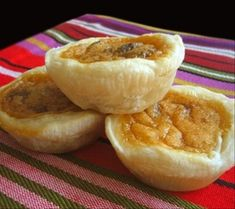 Butter tarts are a Canadian tradition. Waaaay back in the a national contest here in Canada concluded that these butter tarts, originating from Wilkies Bakery in Orillia, Ontario, were the best. Köstliche Desserts, Delicious Desserts, Dessert Recipes, Yummy Food, Dessert Food, Candy Recipes, Dessert Bars, Lunch Recipes, Tart Recipes