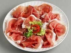 El jamón es, sin duda, uno de los protagonistas de la gastronomía española. Hecho con las patas traseras del cerdo – que pasa por un proceso de salazón y secado – el jamón, además de su refinado sabor, cuenta en su composición con algunas propiedades importantes para tu salud...