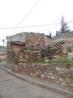 Casa en ruinas a la entrada de la villa
