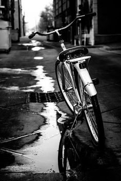 urban - Harms Creations - My Urban Photography - black and white shoot downtown with the beach cruiser - Black And White Picture Wall, Black And White City, Black And White Portraits, Black And White Pictures, Black And White Photography, Grey Pictures, Gray Aesthetic, Black Aesthetic Wallpaper, Black And White Aesthetic
