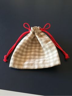 genius way: drawstring bag plus two more loops = quick and easy open Chevron Purse, Shirt Tutorial, Casual Bags, Cloth Bags, Beautiful Bags, Free Crochet, Free Pattern, Diy And Crafts, Crochet Patterns