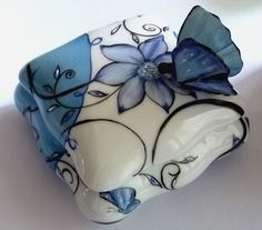 Boite à Bijoux  Papillon en porcelaine de Limoges entièrement peinte à la main