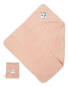 Niyu helpt je eerst een handje met je kindje te wassen en maakt hem daarna snel weer droog dankzij roze badcape met washandje van Dreambee.