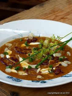 Sommer(dellen)suppe mit gerösteten Auberginen, Tomaten und Mandeln