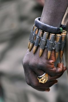 african style and reused war gear is good accories for the raider population Fallout, Mad Max, Post Apocalyptic Fashion, Apocalyptic Clothing, Foto Art, Schmuck Design, Character Inspiration, Design Inspiration, Weapons