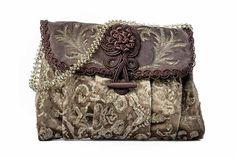 Pochette alamaro primo piano Wallet, Chain, How To Wear, Vintage, Accessories, Fashion, Handkerchief Dress, Pocket Wallet, Moda