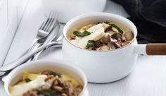 La polenta permet d'apporter une texture onctueuse différente au traditionnel mélange champignons-fromage. Un plat idéal et gourmand pour les journées frisquettes!