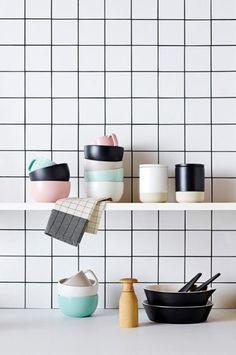 Lechada de color negro para decorar una pared de azulejos