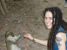 Bea dando de comer a un mono. También hay tiempo para la diversión y las excursiones mientras se realiza un proyecto de voluntariado #gambia #africa