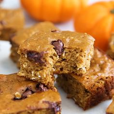 With oats and protein powder as the base, these pumpkin protein bars are gluten-free and if you use a vegan protein powder they're vegan as well. They have a nice pumpkin pie flavor, a hint of sweetness and a good protein to carb ratio — perfect for munch Pumpkin Protein Bars, Gluten Free Protein Bars, Vegan Protein Bars, Protein Foods, Vegan Gluten Free, Protein Cake, High Protein, Protein Cookies, Vegetarian Protein Powder