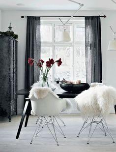 Una navidad escandinava en un piso en blanco, negro y camel
