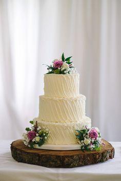 The wedding cake! Photography: Simple Tapestry | Cake: The Cake Ladies  #weddingcake #irishwedding #Ireland #Irishcake #Whitecake #cake