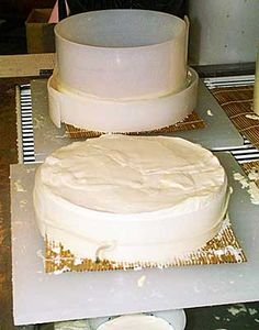 Learn how to make traditional Brie in your home. With just a few ingredients, this recipe will guide you in making Brie that stands out in a crowd. Read now. Fromage Vegan, Fromage Cheese, Butter Cheese, Wine Cheese, Milk Recipes, Cheese Recipes, Dairy Recipes, Kefir, How To Make Cheese