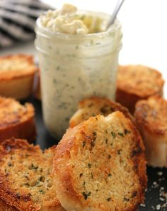 Make your own homemade garlic bread at home with this super Easy Garlic Butter Spread. Garlic Butter Spread, Garlic Butter For Bread, Homemade Garlic Butter, Herb Butter, Garlic Bread At Home, Croutons Maison, Sauce Recipes, Cooking Recipes, Bread Recipes