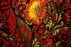 Motywy owocowo-roślinne w odcieniach czerwono-czarno-złotych na użytkowych przedmiotach drewnianych. Brzmi znajomo? Tymi właśnie cechami charakteryzuje się ludowa sztuka rosyjska z Chochłomy.