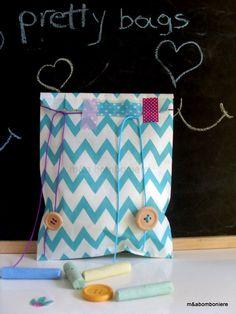 Μπλε σακουλάκι σε κροσέ σχέδιο. Διακοσμημένο με κίτρινο κορδονάκι και μια ξύλινη φούξια πεταλούδα. Τιμή: 1,50 ευρώ. Diaper Bag, Baby Boy, Pretty, Handmade, Bags, Handbags, Hand Made, Diaper Bags, Mothers Bag