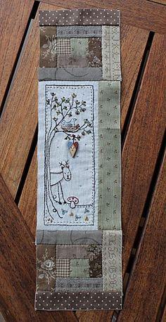 Lovely embroidery on a table runner bloc 3 Fernhill Juin 2012