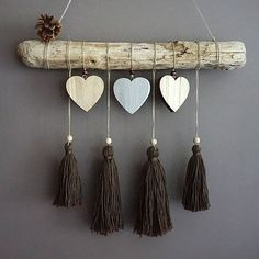 Suspension bois flotte coeurs et pompons Source by The post This article is not available appeared first on Wooden. Diy Wall Art, Diy Art, Image Deco, Yarn Wall Hanging, Creation Deco, Macrame Projects, Driftwood Art, Diy Home Crafts, Diy Room Decor
