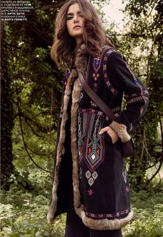 The October 2015 issue of Vogue Russia puts the spotlight on bohemian, seventies inspired style with this editorial featuring Mariia Kyianytsi. Hippie Style, Mode Hippie, Bohemian Style Clothing, Bohemian Mode, Gypsy Style, Hippie Chic, Boho Chic, Edgy Bohemian, Boho Style