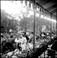 Restaurang Berns kaféveranda en junikväll 1943. Fotograf: Lennart af Petersens