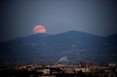 A lua crescente é vista sobre a cidade de Roma no dia 23 de junho de 2013.