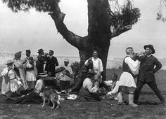 THESPROTIA-NEWS: Bouasona Fred - Frederic Boissonnas Zemeno Corinth, Fred and Daniel clink glasses with drivers of animals 1903 Old Pictures, Old Photos, Vintage Photos, Kai, Magnified Images, Old Greek, Greece Photography, Greek History, Frederic