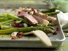 Gebratener grünem Spargel mit Kalbssteak: Wertvolles Eiweiß, gesunde Fettsäuren, Vitamine und Mineralstoffe machen dieses Gericht zu einer gesunden Mahlzeit.