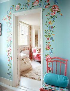 Adesivos de parede com flores também fica um charme! Esse aqui contornando o molde da porta trouxe leveza e um toque romântico na decor ♥