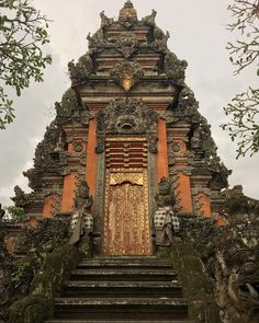 Bali temples are so beautiful that i could stare for hours . #temple #beautiful #barong #door #bali #ubud #indonesia #travelgram #wanderlust #roadtrip #travel #picoftheday #nofilter #iphoneography