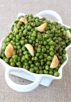 No more boring side dishes when you make these Brown Butter and Garlic Roasted Peas. The whole family will love these tasty oven roasted peas! #roastedpeas #frozenpeasrecipe #recipesforfrozenpeas #easysidedishrecipe #howtocookpeas #howtocookfrozenpeas #greenpeasrecipe #peassidedish