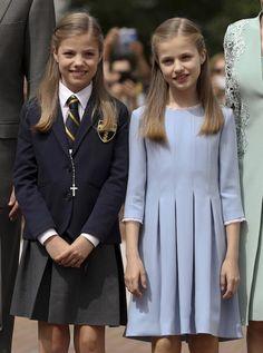 Spanish Royals Attend Infanta Sofia's First Communion Kids Fashion Wear, Girl Fashion, Little Girl Dresses, Girls Dresses, Classy Outfits, Kids Outfits, African Dresses For Kids, Moda Kids, Spanish Royalty