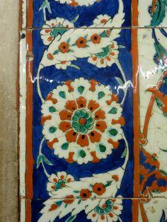 Motif – Tulip (Lale) – Çini: The Classical Turkish Art of Tile Painting Tile Painting, Ceramic Painting, Antique Tiles, Turkish Art, Miniature Furniture, Ceramic Pottery, Contemporary Artists, Tulips, Miniatures