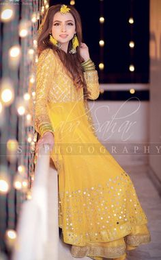 ideas party makeup night pakistani for 2019 Asian Bridal Dresses, Pakistani Wedding Dresses, Indian Dresses, Mehndi Outfit, Mehndi Dress, Pakistani Models, Pakistani Couture, Mehndi Brides, Indian Attire