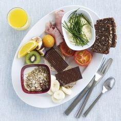 Brunch 2 - børneportion  Brunch er en kombination af morgenmad og frokost. Her er den med røræg, bolle med pålægschokolade, frugt og yoghurt. Velbekomme!