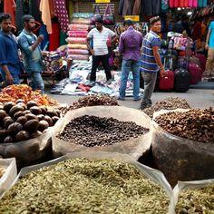 Esto es lo que ve una #persona que #vende #especias #traselmostrador de una #tiendadeespecias en #cochi #kerala #india