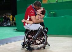Paralimpiadi, il bacio tra i due atleti canadesi di basket in carrozzina, Jamey…