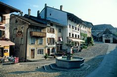 Gruyères - Castle and Small Town Gruyères. A picture-perfect medieval town on a small hill with a castle and three totally different museums. Great Places, Places To See, Beautiful Places, Switzerland Tour, Places Worth Visiting, Medieval Town, Holiday Destinations, Alps, Small Towns