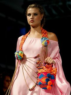 marta arredondo - Google Search wayuu style Colorful Fashion, Boho Fashion, Fashion Show, Fashion Design, Fashion Trends, Textile Jewelry, Fabric Jewelry, Wiggly Crochet, Boho Bags