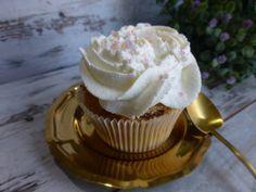 Cupcakes relleno de toffee y cubierto de nata