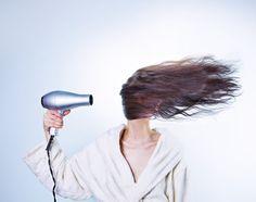 Aliado ou vilão? Saiba como não estragar os fios usando secador de cabelo