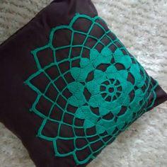 Almofadaa com aplicação crochet.  Produto refere se a foto.  Aplicação crochet somente na frente da peça.  Medindo 40x40 aproximadamente.  Obs.: a almofada nao possui ziper.  Feito a mão.   .