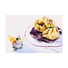 Saccottino di crêpes farcito con castagne e blu di blu - erborinato biologico del Lazio - su letto di radicchio di Chiaggia al vino rosè. #ilmargutta #vegetariano #vegetarianfood #art #food #dalmenù