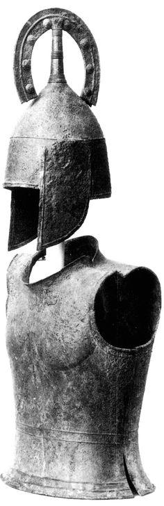 Armure en bronze Trouvée en 1956 dans une tombe qui contenait aussi deux haches en fer, des chenets et des obéloi (voir figures suivantes), c'est jusqu'à présent la seule armure complète d'époque géométrique découverte en Grèce. Le casque est pourvu de couvre-joues et d'un cimier en fer à cheval ; la cuirasse se compose d'un plastron et d'une dossière en bronze. Cet armement, qui est celui des guerriers homériques, préfigure directement celui des hoplites.