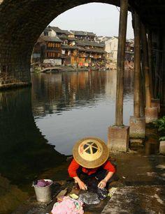 Si preparas un viaje a China, practica el slow life oriental y acércate a la ciudad de Fenghuang, que llega pisando fuerte: la primera vez que aparece en el ránking de los 100 mejores destinos de 2016, que elabora Trivago, lo hace en el número 1.Recorre sus más de 20 calles con sus casitas de madera, intactas junto a las aguas del Tuo Jiang, mientras saboreas azúcar con jengibre.