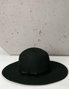 Chapéu laço veludo. Descubra esta e muitas outras roupas na Bershka com novos artigos cada semana
