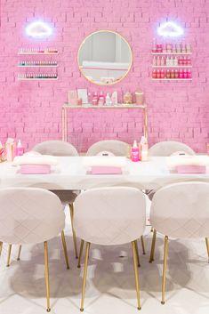 Pop-Up Shop Design Company Boutique Interior, Salon Interior Design, Commercial Interior Design, Commercial Interiors, Interior Design Services, Popup Design, Tech Room, Beauty Salon Decor, Stand Design