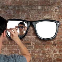 Espelho de parede em formato de óculos de sol. Muito original.